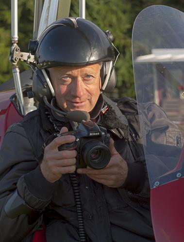 Fotograf im roten Gyrocopter bei Flugtag in Neumünster