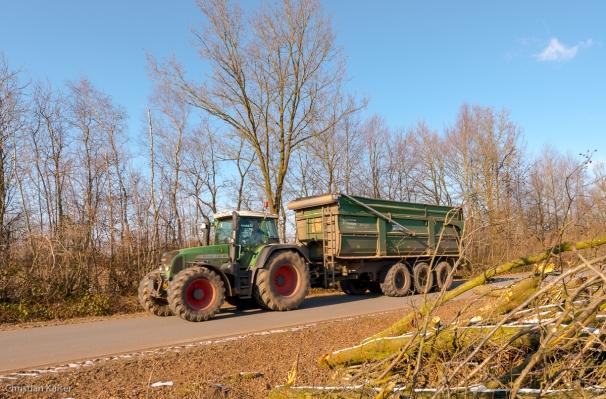 Traktor mit dreiachsigem Anhaenger auf der Strasse