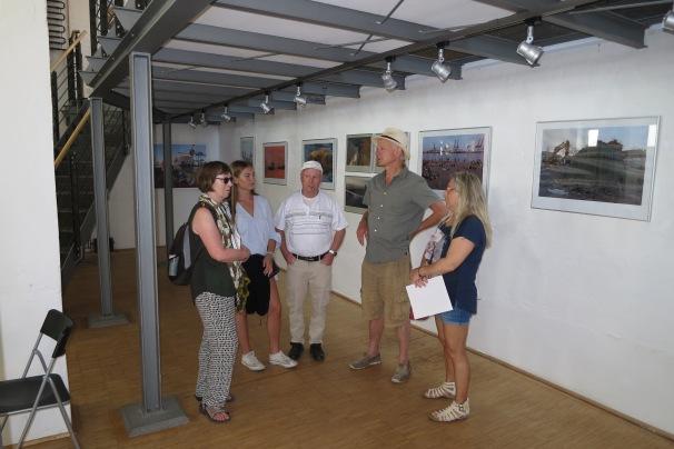 Christian Kaiser im Gespräch mit Besuchern in der Ausstellung Statdt, Land, Fluss im Blick...