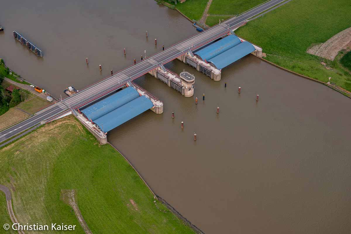 Schraegaufsicht Blick auf das Stoer-Sperrwerk, mit zwei Flutschutztoren, Stör, Nebenfluus der Elbe