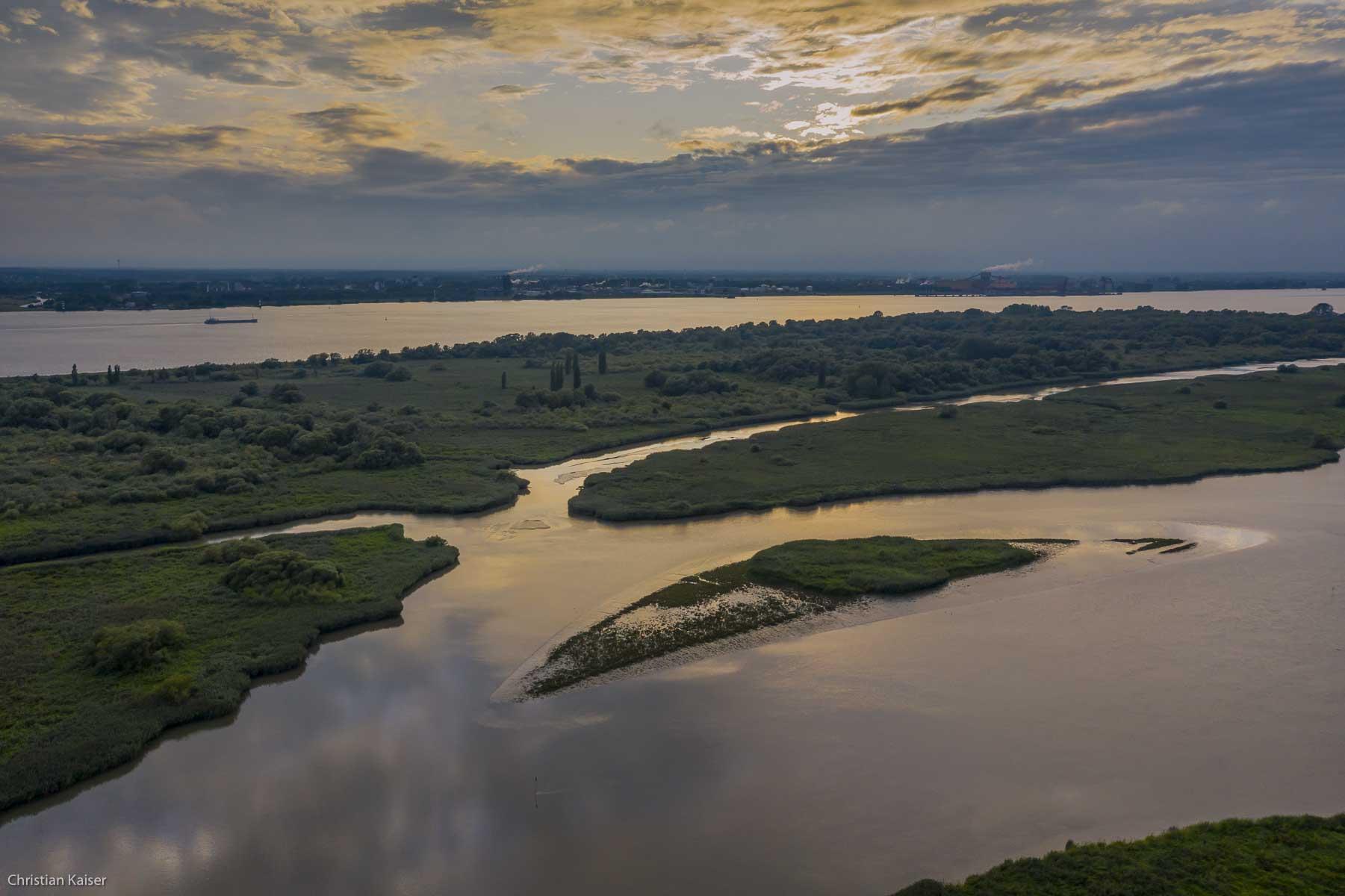 islands Auberg-Drommel, background industrial area Buetzfleth middel an right