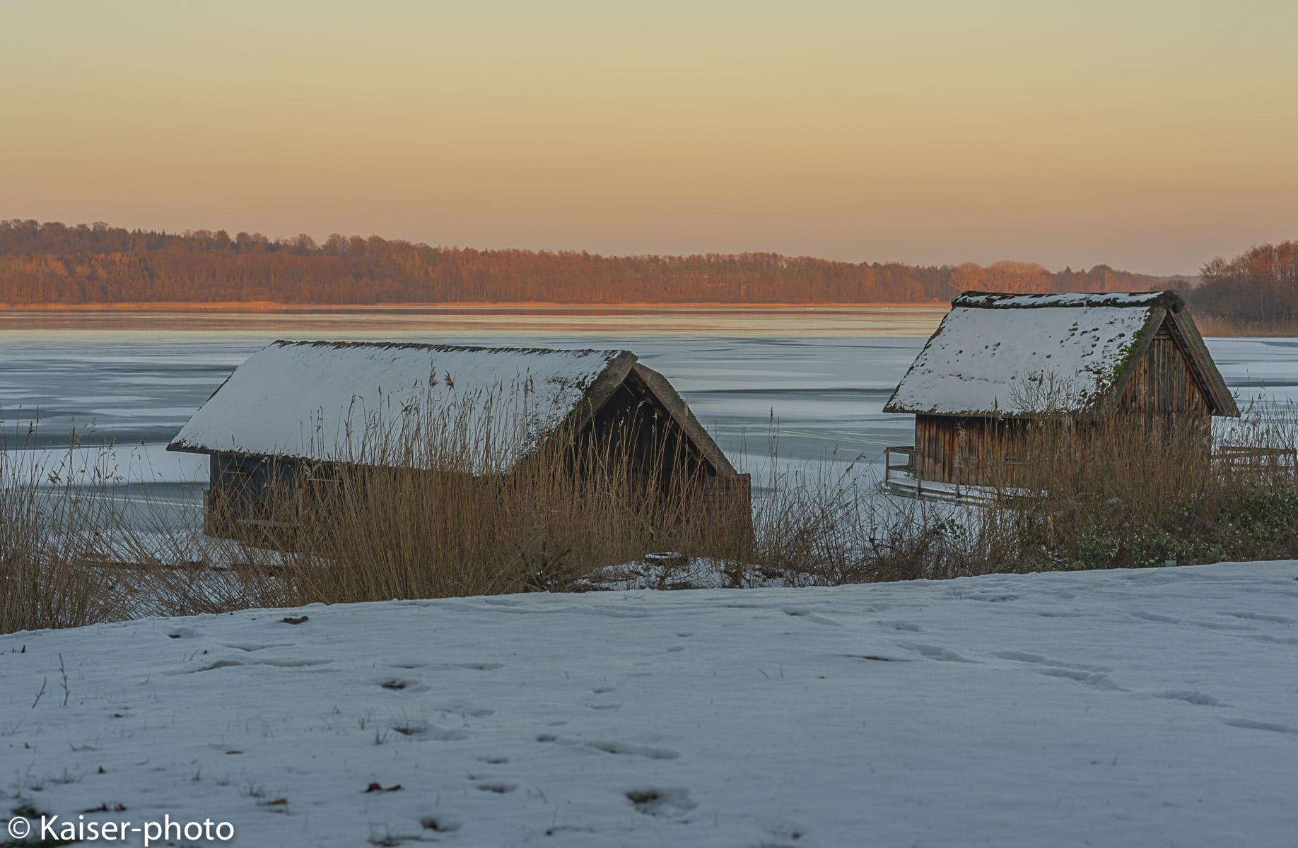 Lauenburg Lakes Nature Park. Schilfgedeckte Bootshäuser am Ufer