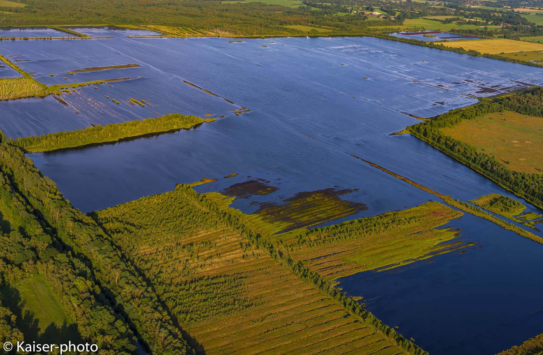 Abgetorftes Hochmoor wird aus Gründen des Naturschutzes wiedervernässt, Luftbild