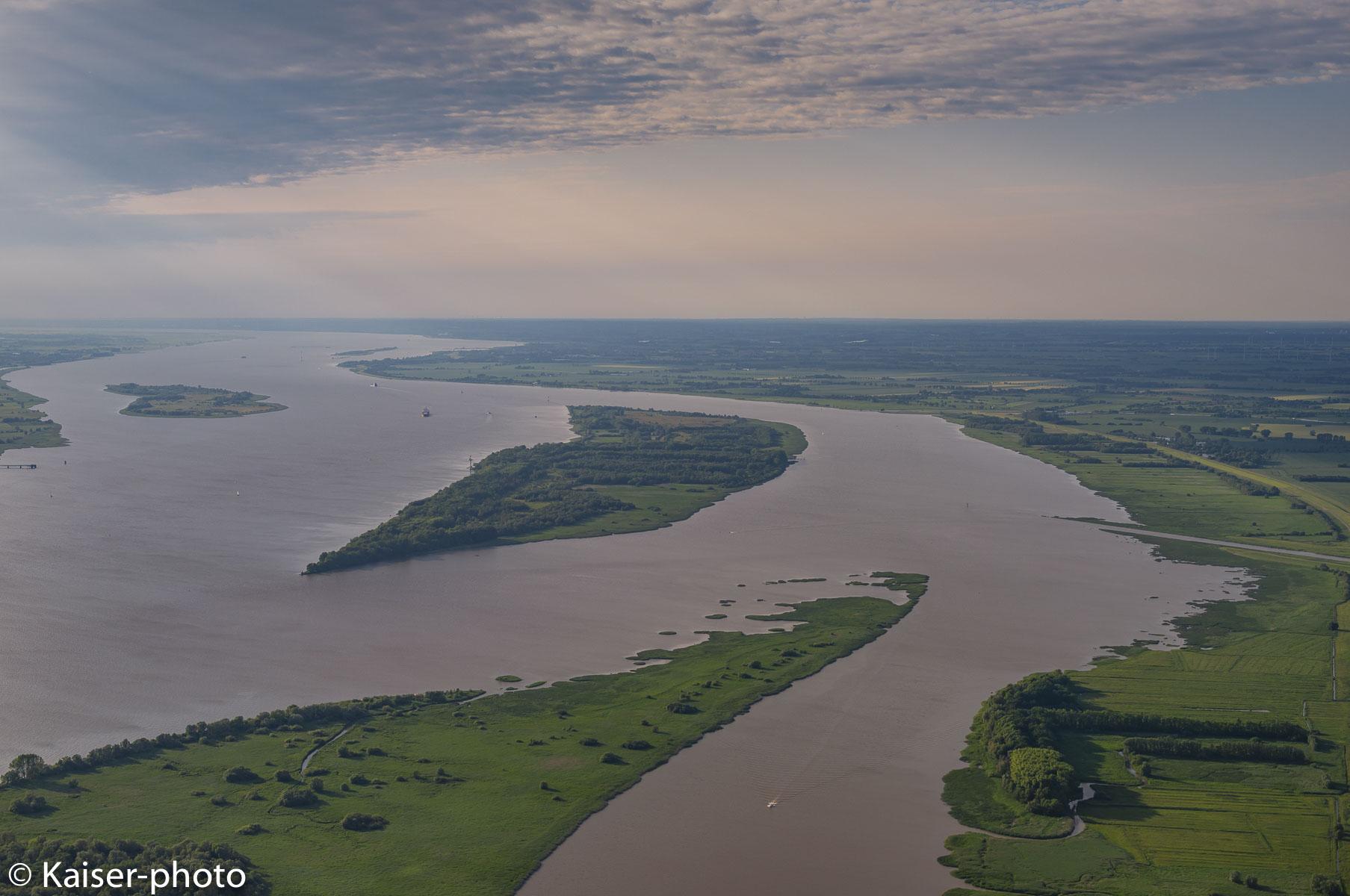 Insel Auberg-Drommel in der Elbe, dahinter die Elbinsel Pagensand