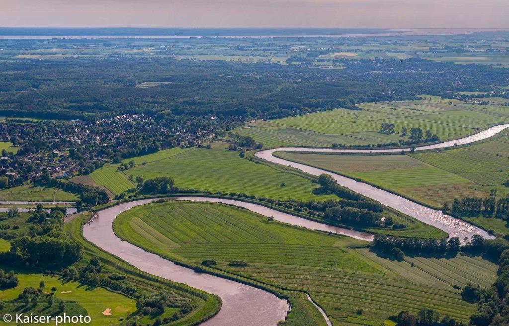 Blick aus dem Flugzeug auf die Stör die sich durch die Wiesen windet. Meandere in the Stoer river.