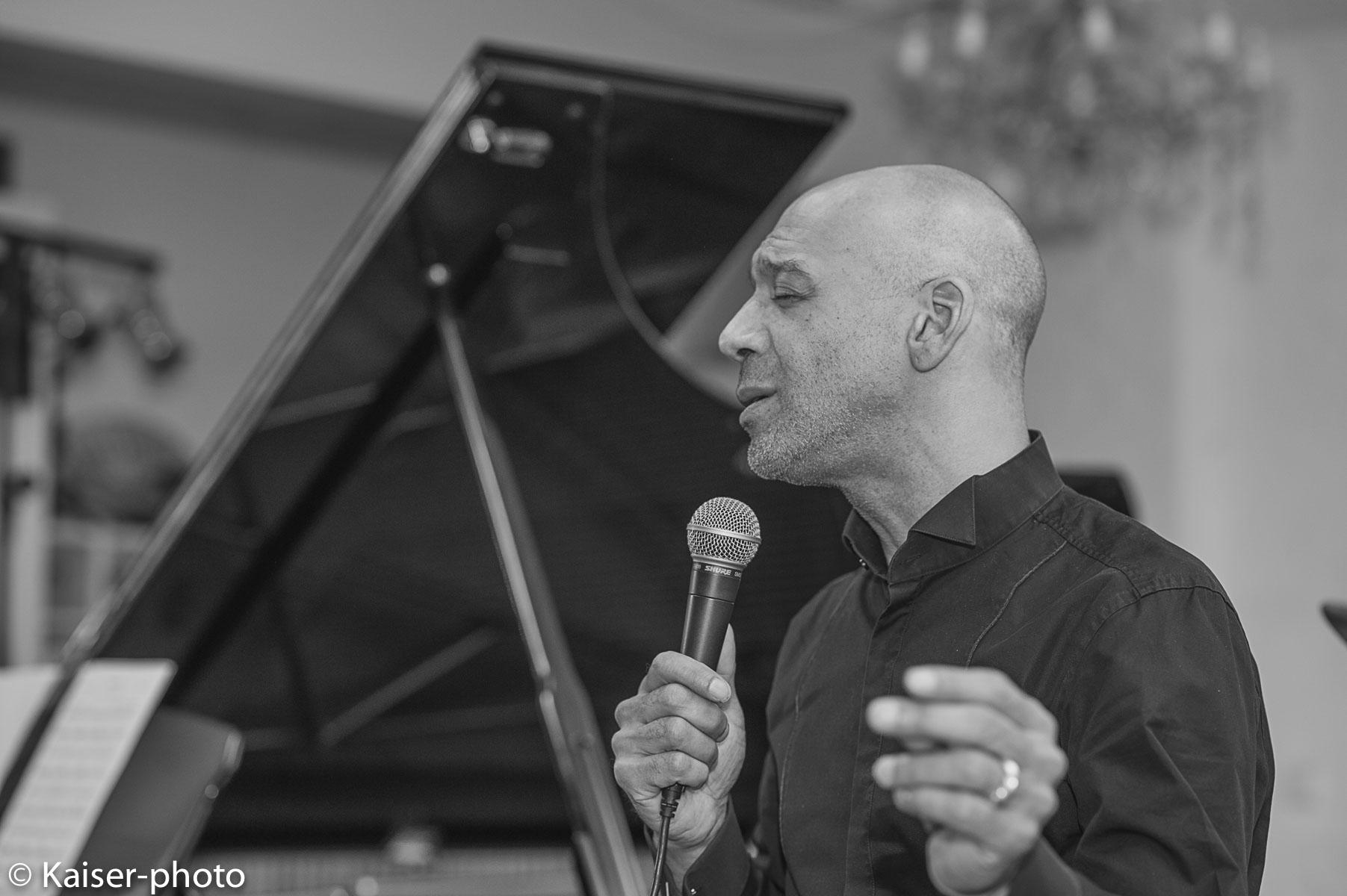 Kenneth Norris singing with Buggy Braune Trio in Concert. Kenneth Norris US-Sänger im Konzert der Alten Druckerei